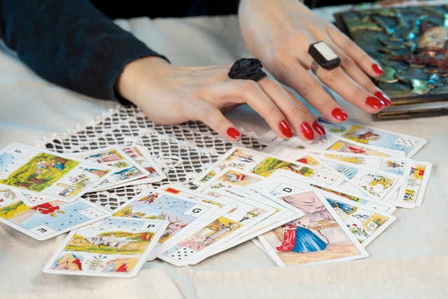 タロットカードと占い師の手