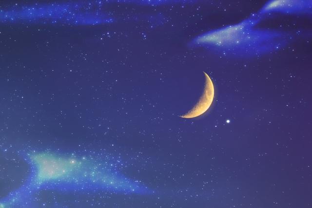 三日月と星空