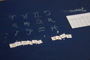 星座の一覧表とZODIACSIGNと書かれた紙