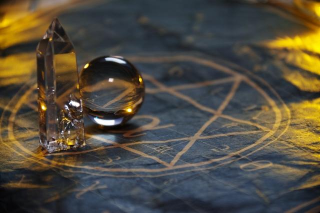 六角柱の水晶と丸い水晶