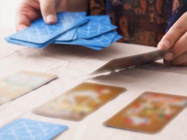 タロットカードを並べている画像