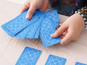 青いカードを並べている画像